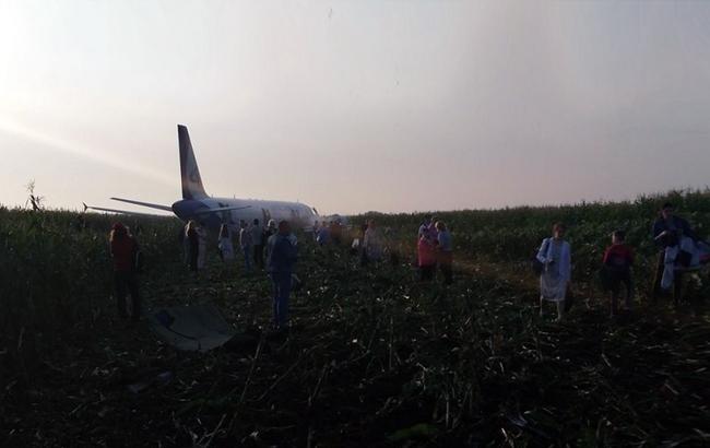 В РФ посреди поля экстренно сел самолет с загоревшимся двигателем, летевший в Крым
