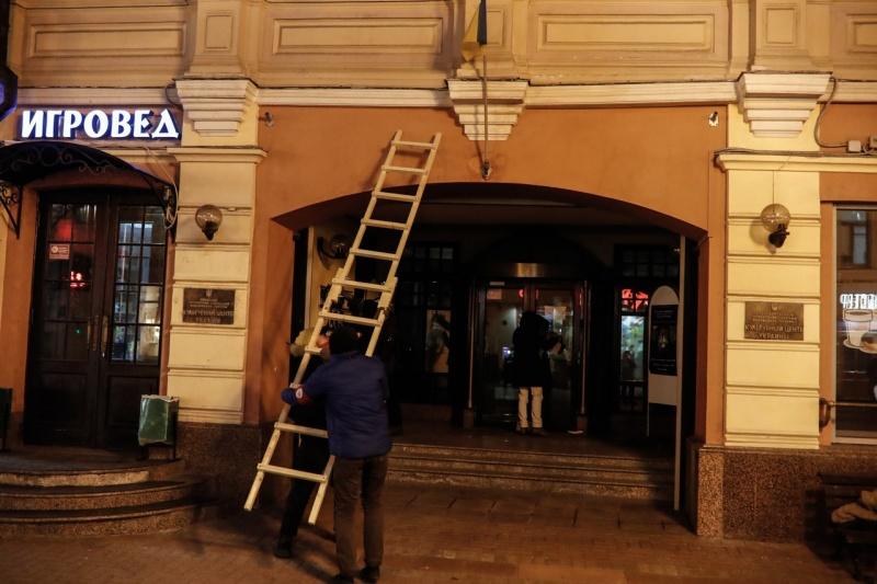 Украина потребовала закончить сжигать общенациональные флаги упосольства в российской столице