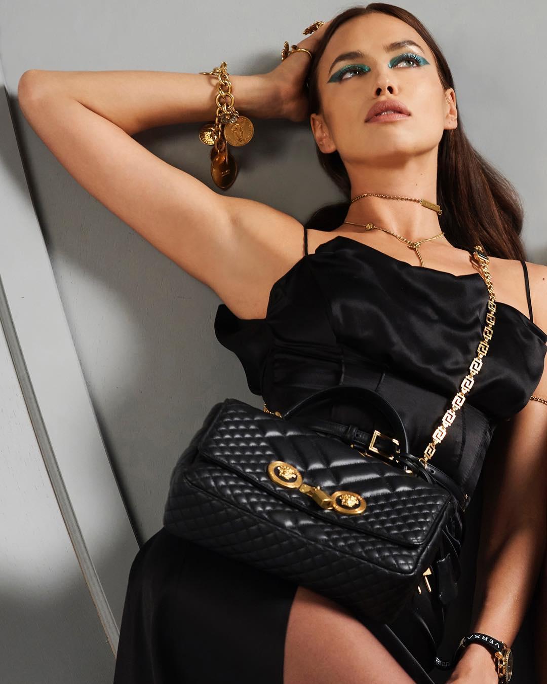 В шелке и золоте: Ирина Шейк блистает роскошной фигурой в кампании Versace (видео)