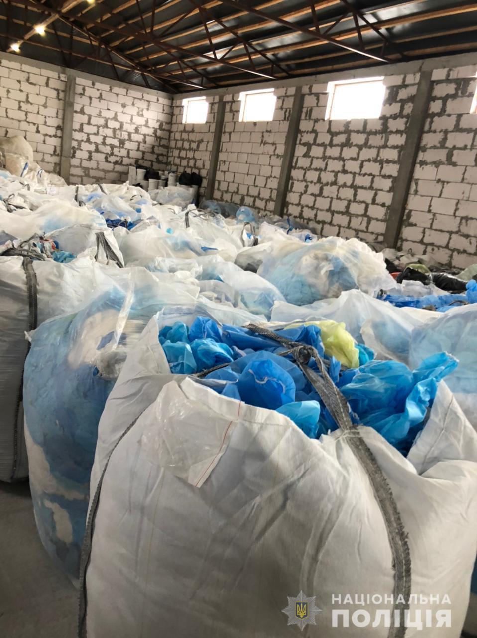 В Україні знайшли таємні звалища з тоннами небезпечних медичних відходів, COVID-тестів та пробірок