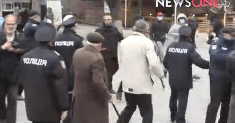 ВВиннице радикалы вмасках напали намитингующих пожилых людей