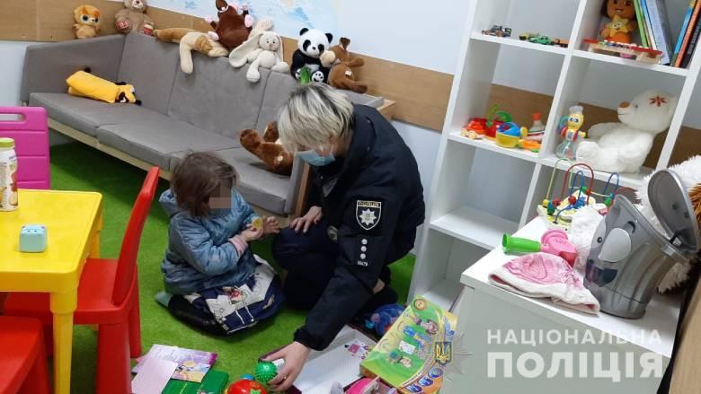 """В Киеве нашли маленькую девочку в многоэтажке с """"родителями"""" под наркотиками"""