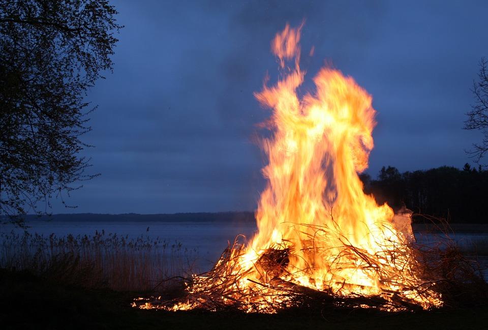 6 квітня - День Артемія, коли палили багаття