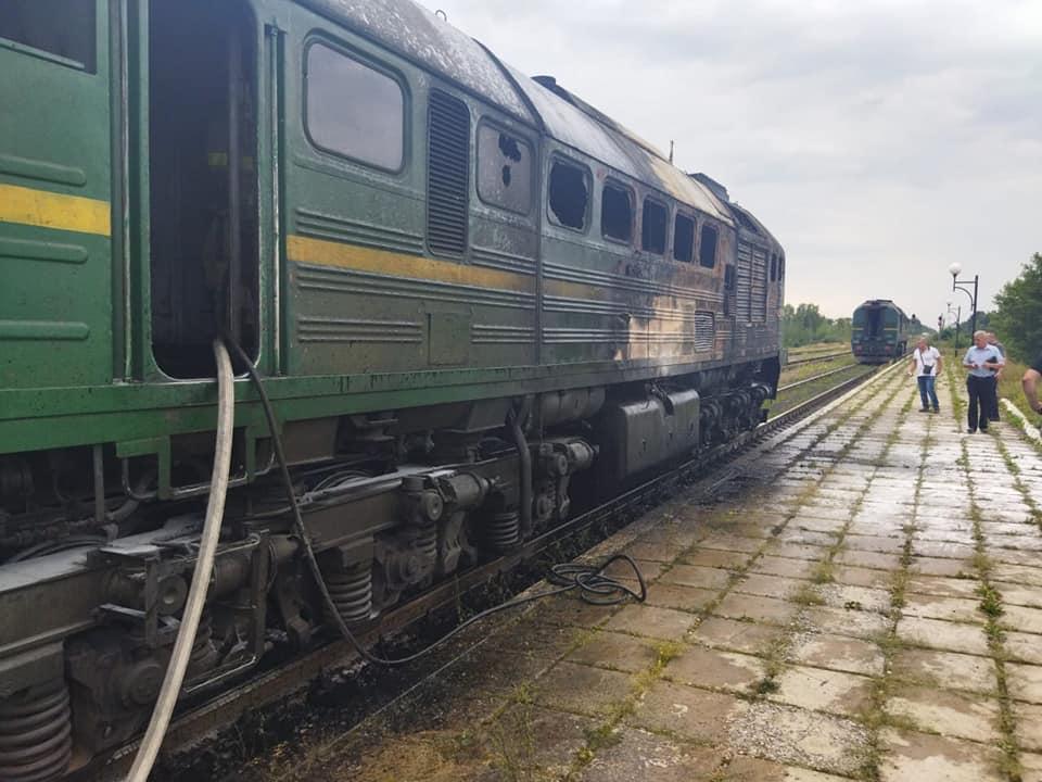 Под Ровно прямо на ходу загорелся поезд: первые кадры с места ЧП