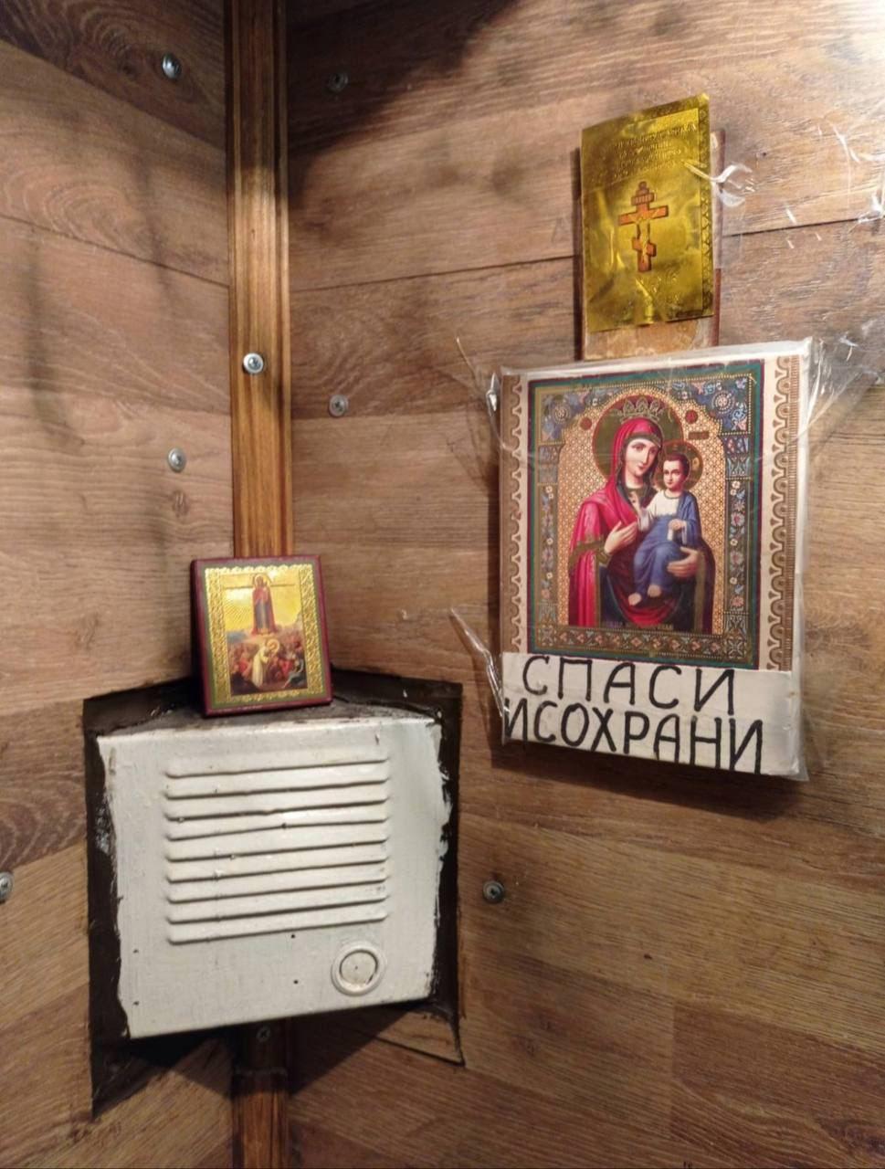 В Киеве лифт вместо средств связи оборудовали иконами и надписями