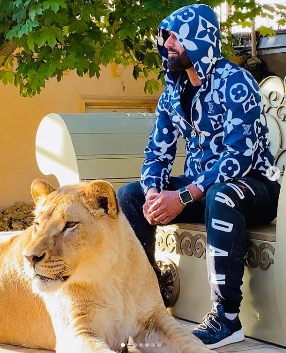 В Харькове местный депутат рассекает с африканским львом в автомобиле (видео)