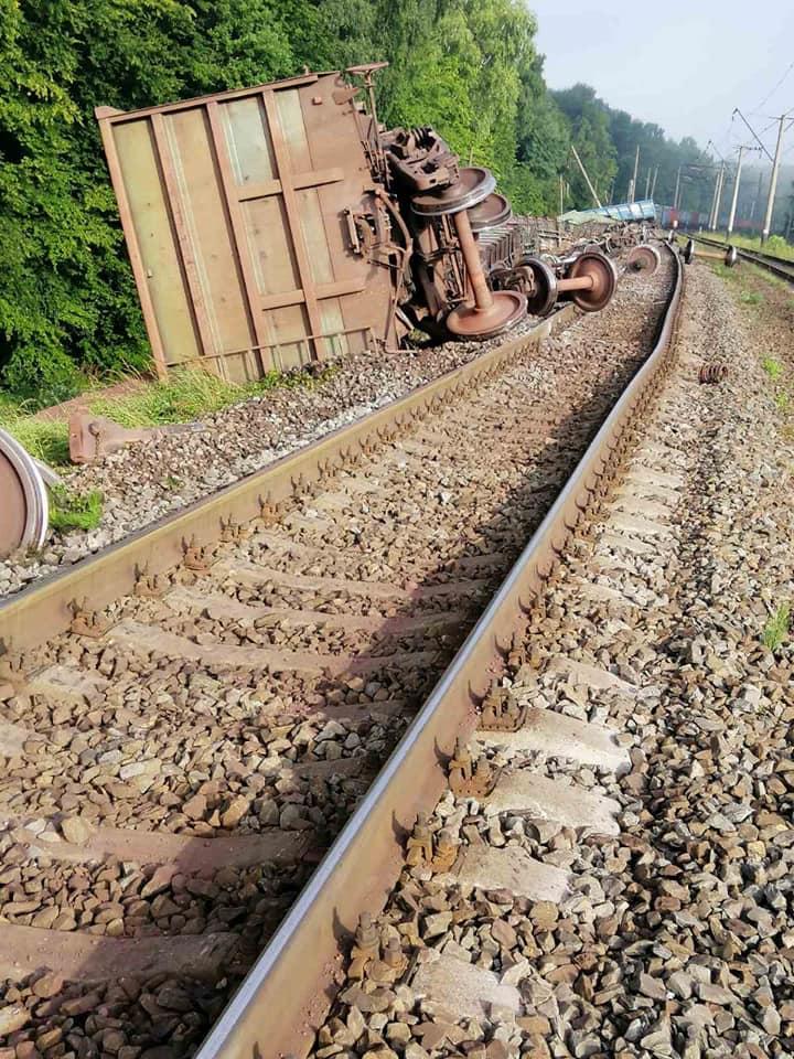 Под Львовом перевернулся поезд: первые фото с места аварии