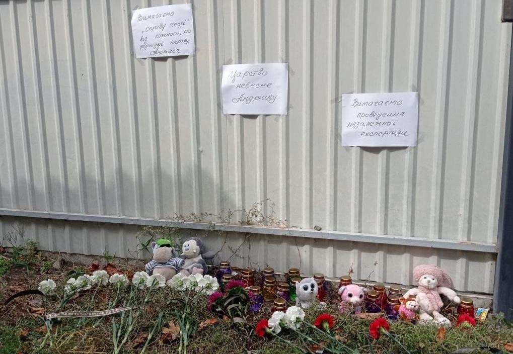 В Черкассах люди приносят лампадки и цветы к месту, где произошла трагедия с 7-летним мальчиком (фото)