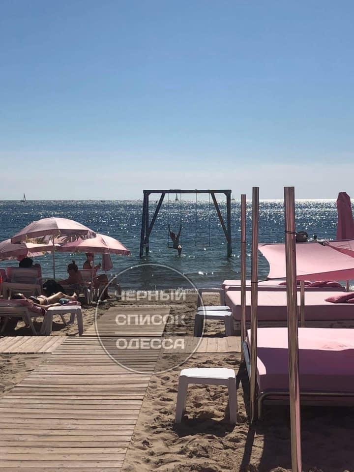 На популярном украинском курорте пляж попал в скандал: хамят и выгоняют (фото)