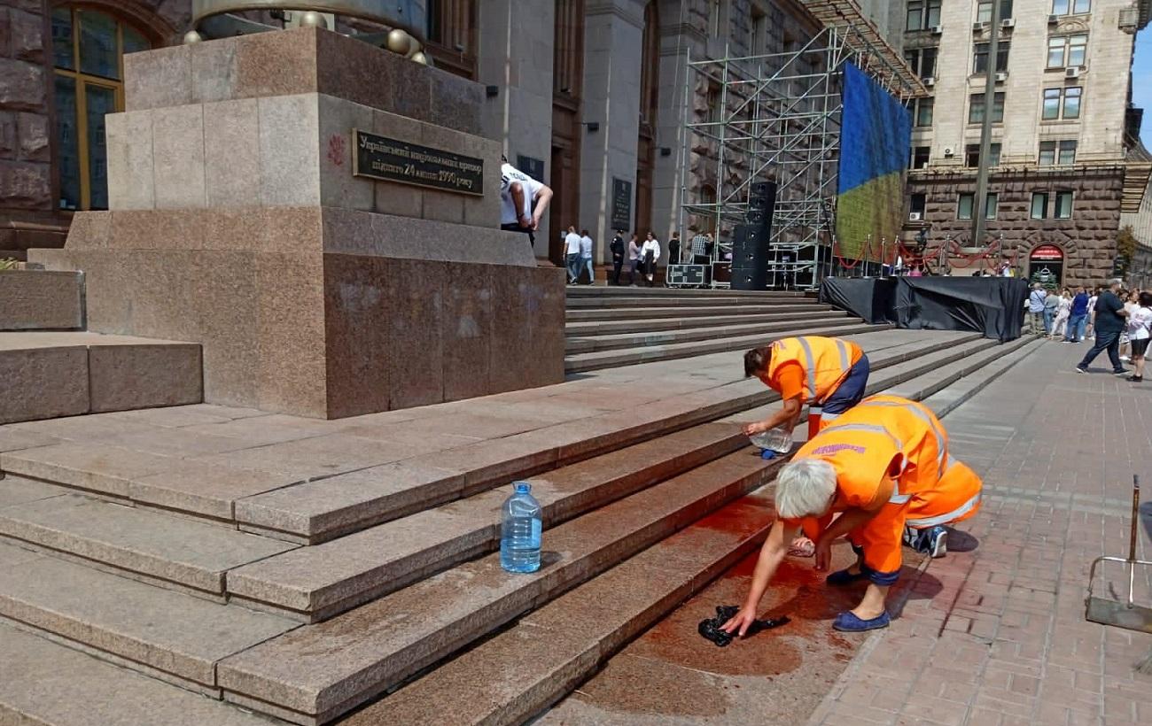 В центре Киева после парада облили красной краской постамент с флагом Украины (фото)