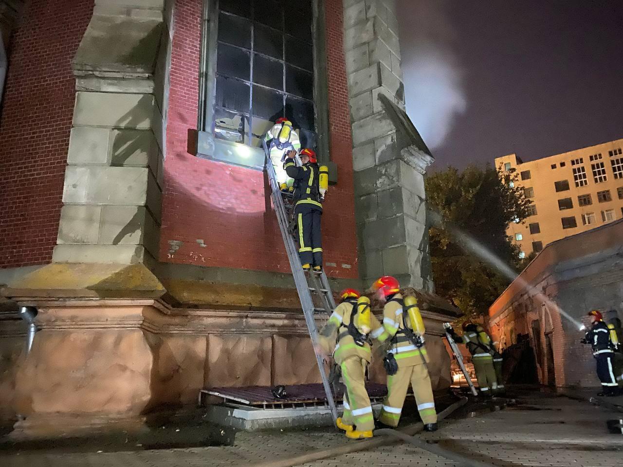 У київському костелі Святого Миколая - масштабна пожежа: подробиці та відео НП