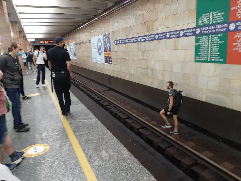 В Киеве пьяный неадекват остановил движение поездов в метро: в сети появилось видео