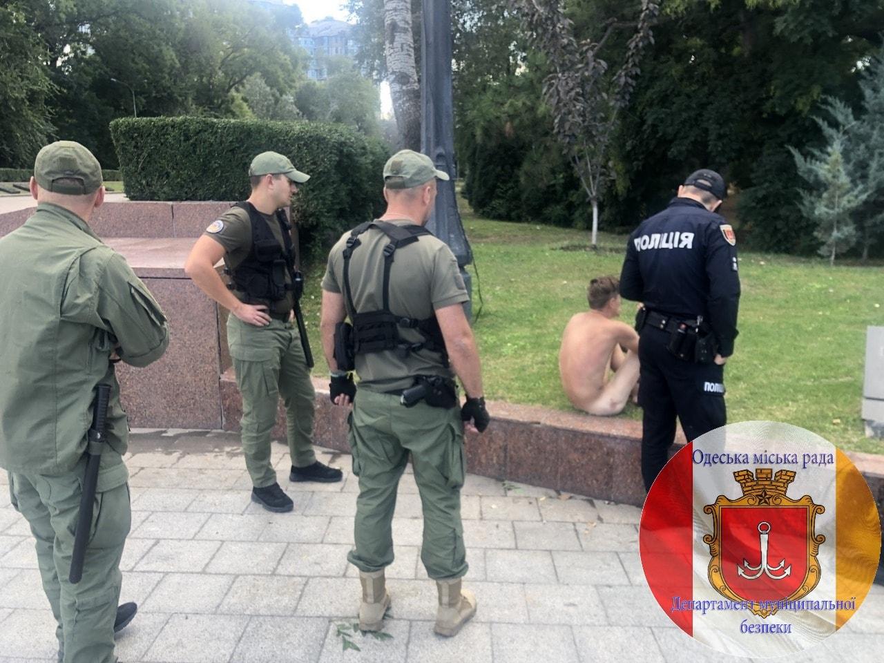 В Одессе обнаженный неадекват грелся на вечном огне: ругал прохожих и полицию