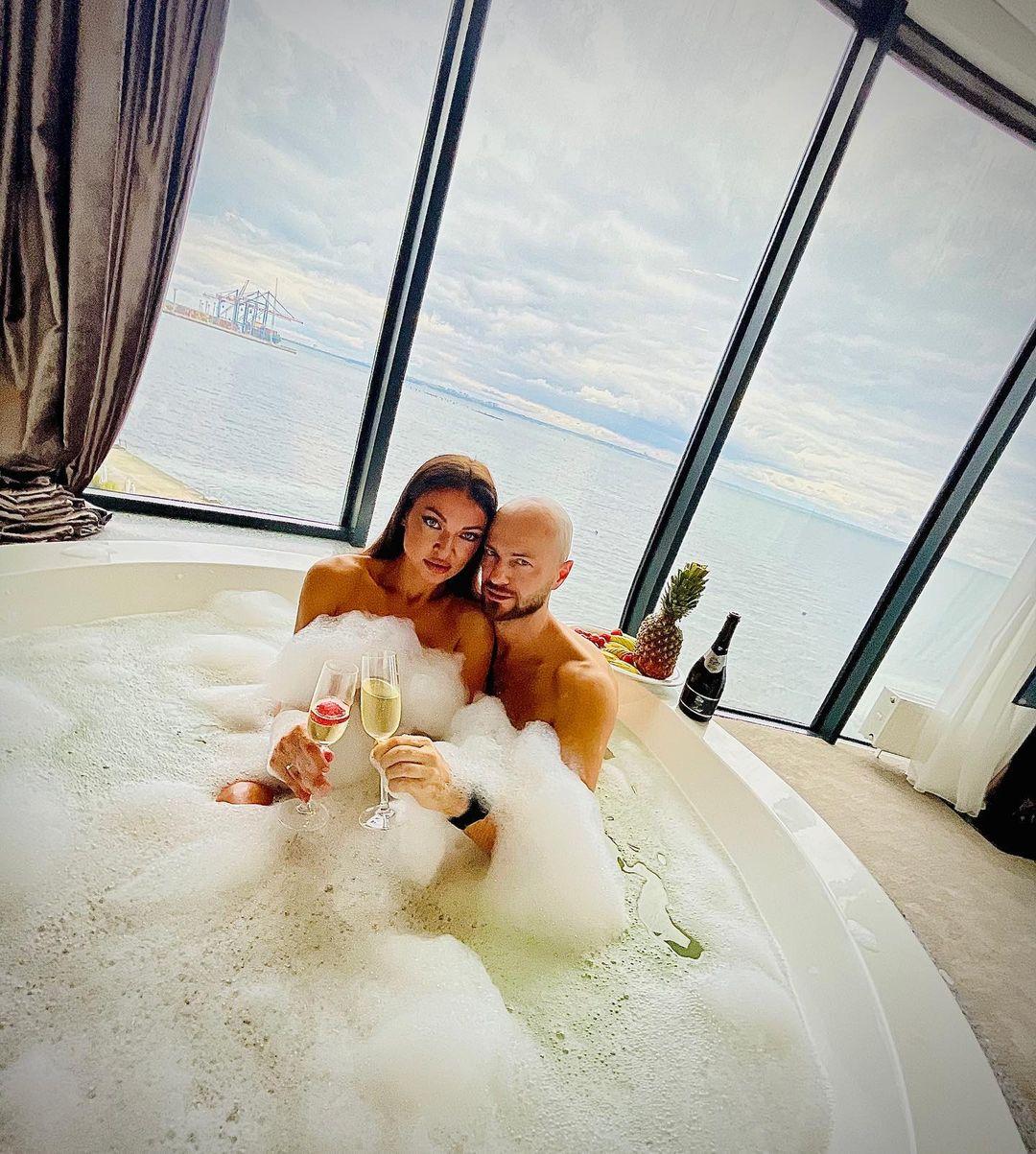 Космически красивые Влад Яма с женой показали романтику в джакузи