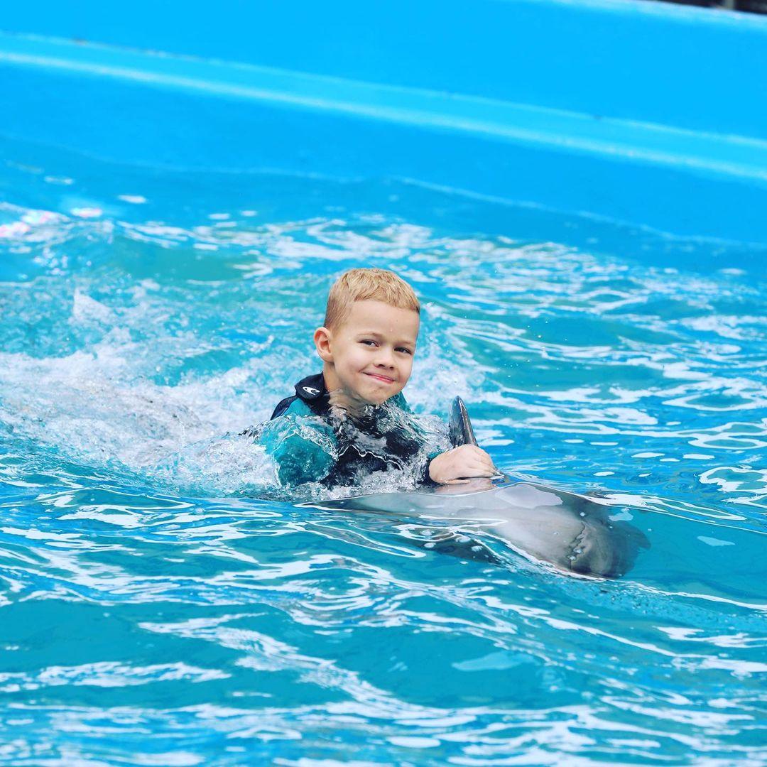 """Влад Яма с женой и сыном устроили танцы с дельфинами: """"категорически советую"""""""