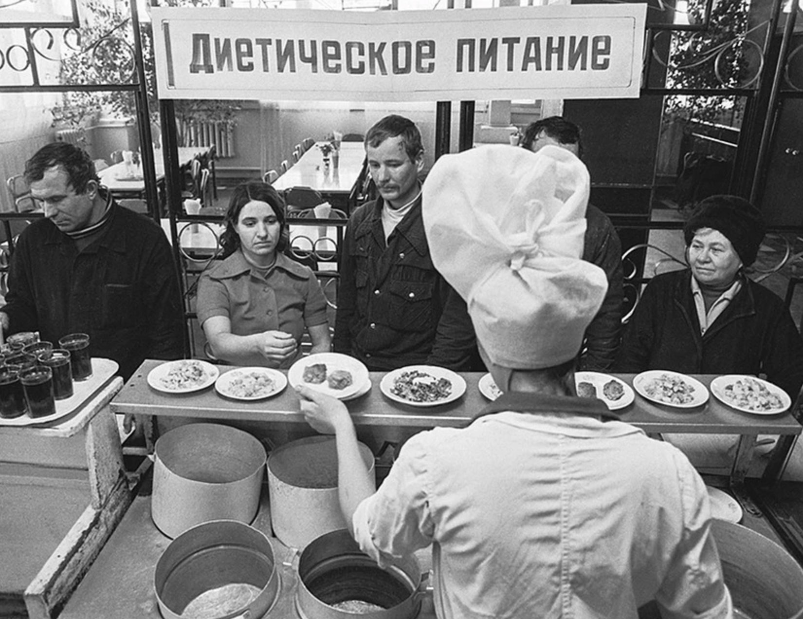 """Появились фото """"убогого советского фастфуда"""": грязные пивные, вонючие чебуреки и хамство"""
