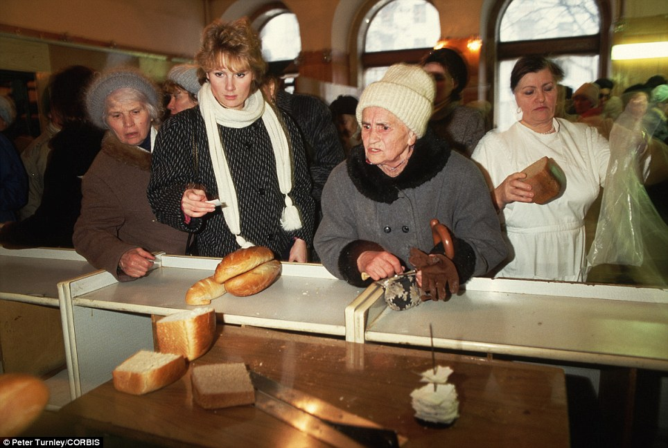 З'явилися правдиві фото пенсіонерів в СРСР: тотальні злидні і порожнеча в очах