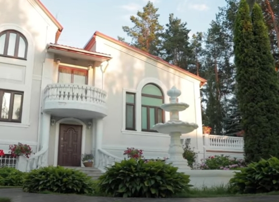 Собственное озеро и фонтан из Италии: Зибров показал свой роскошное загородное имение