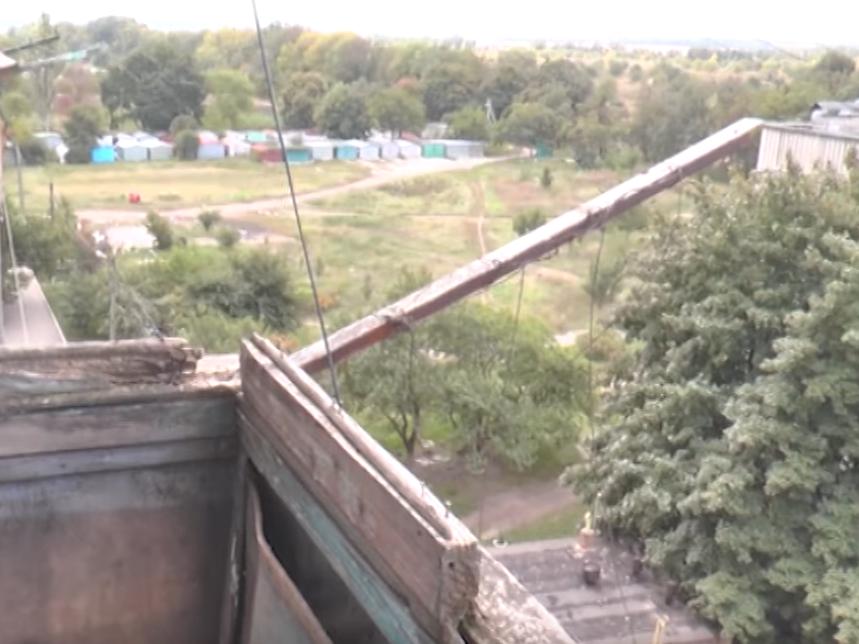 Вдова украинского героя получила от властей квартиру, непригодную для жизни (видео)