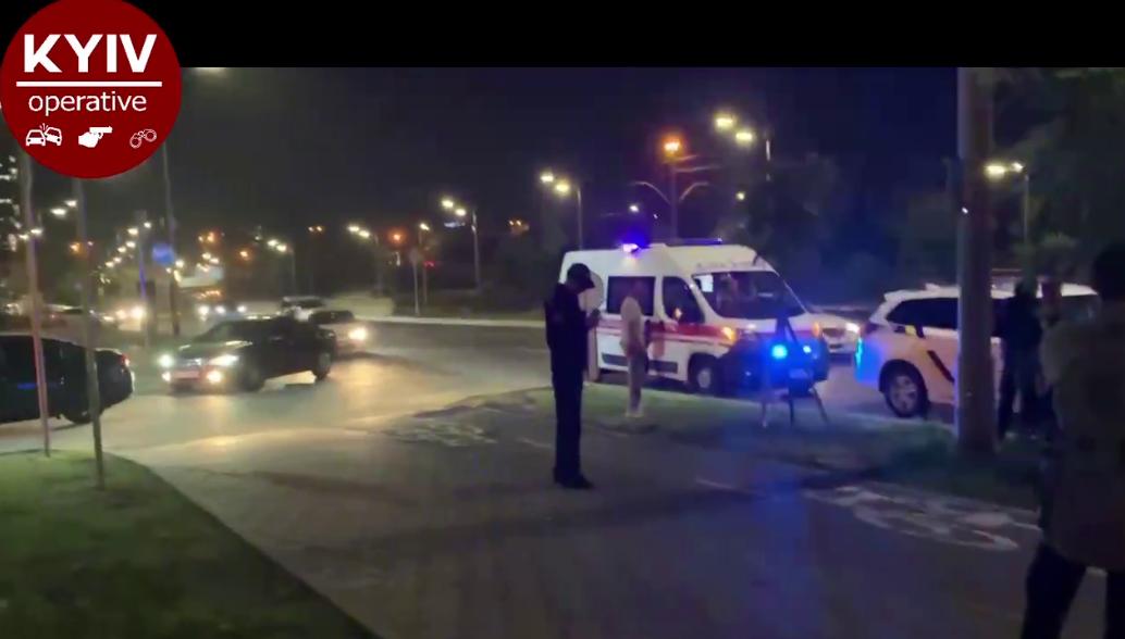В Киеве иностранцы устроили гонки по тротуару: пешеходы решили проучить автохамов