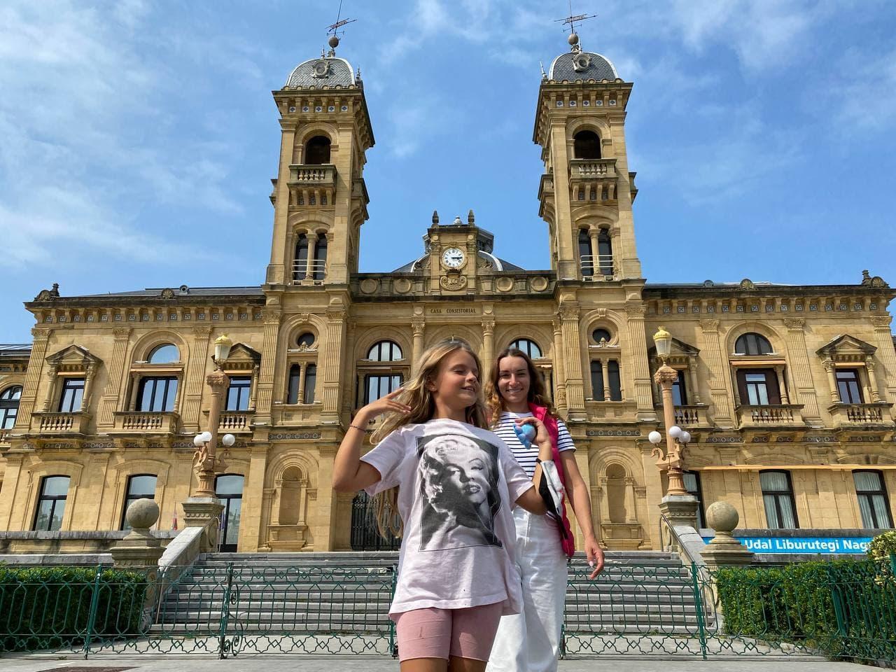 Советы ТВ-звезды для яркого отдыха в Испании: 15 км по горной реке и замок, где жила Дейенерис