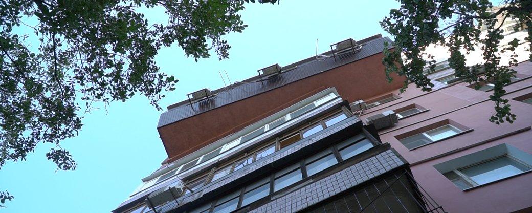 В Днепре жители многоэтажки установили балкон, который напоминает гроб (фото)