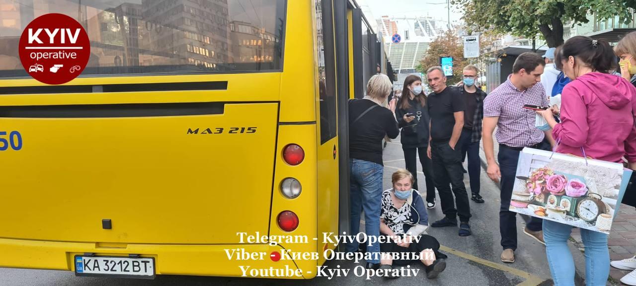 В Киеве водитель маршрутки чуть не убил женщину: тащил по асфальту