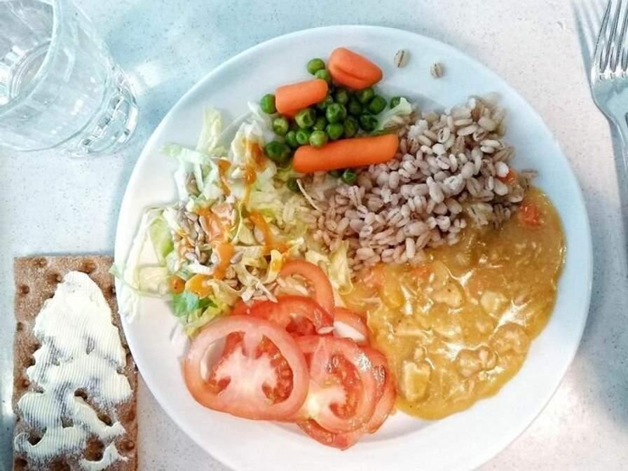 Как выглядят школьные обеды в разных странах мира (фото)