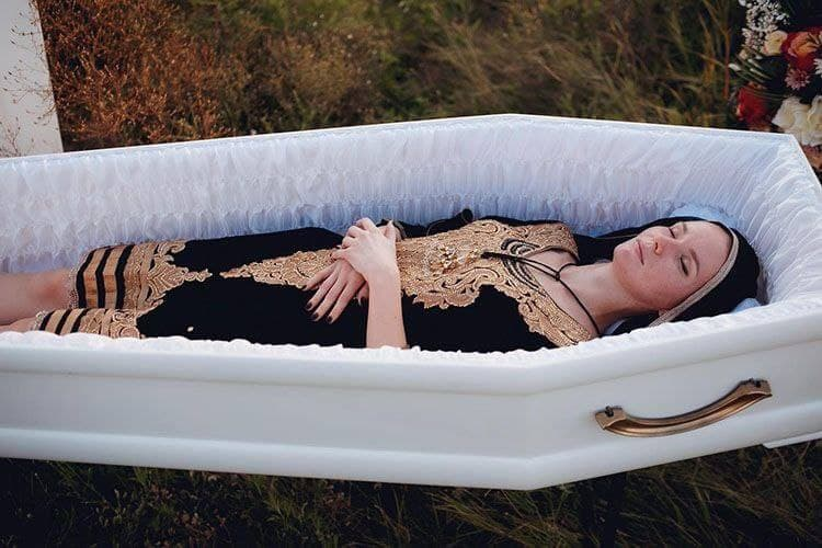 В Днепре представили странную коллекцию одежды для похорон: модели позировали в гробах (фото)