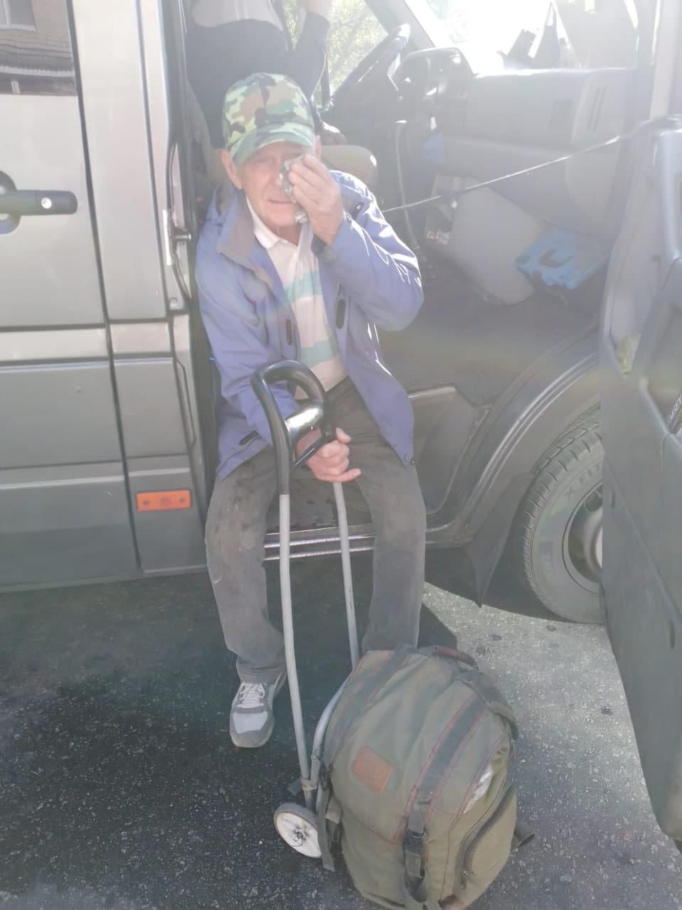 Обматерил и ударил дверью по голове: в Запорожье маршрутчик набросился на пенсионера (видео)
