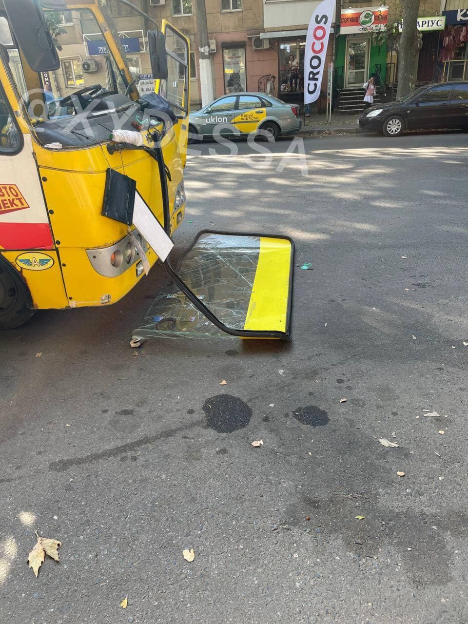 В Одессе во время движения у маршрутки отпало лобовое стекло (фото)