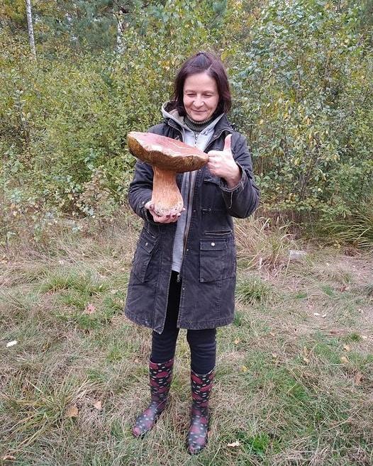 Украинка нашла гриба-рекордсмена: вес трофея почти два килограмма (фото)