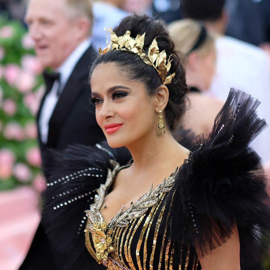 Королева красной дорожки: Сальма Хайек похвасталась роскошной фигурой