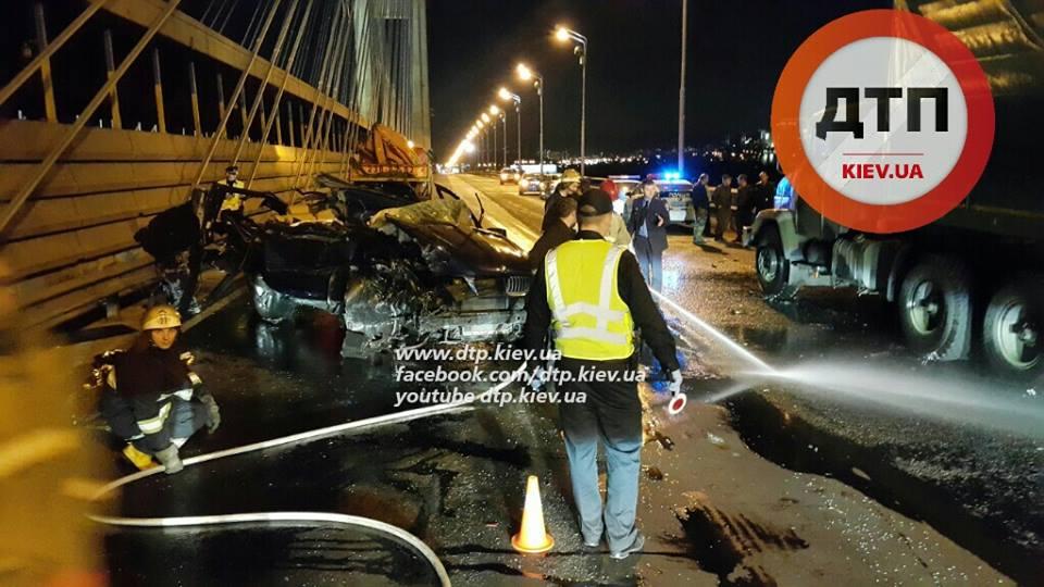 ДТП в Киеве: на Южном мосту BMW врезался в военный грузовик, погибла женщина - ДТП, Киев, Южный мост, БМВ, БМВ, военный, грузовик, реанимация,  КРАЗ, БСМП, Харьков, коньяк, фото   РБК Украина