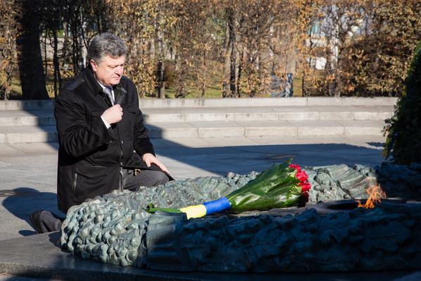 Порошенко возложил цветы к могиле неизвестного солдата в Киеве