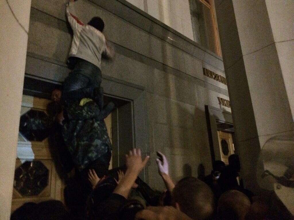 """Вооруженные активисты """"Правого сектора"""" штурмуют Раду"""
