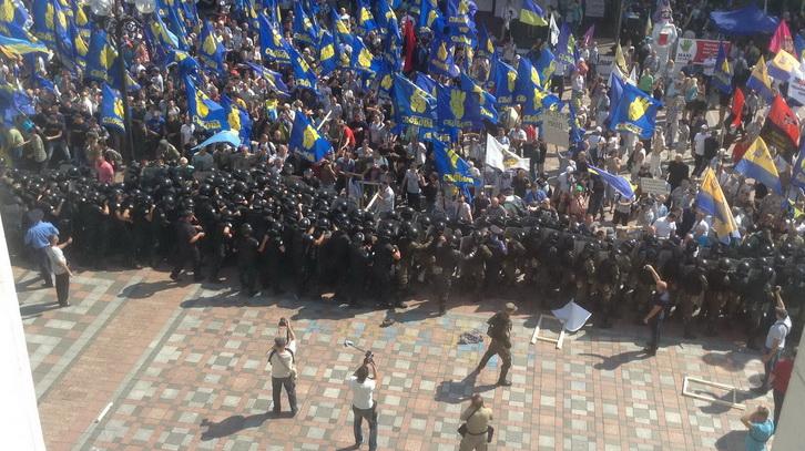 В Киеве протестующие начали штурм парламента