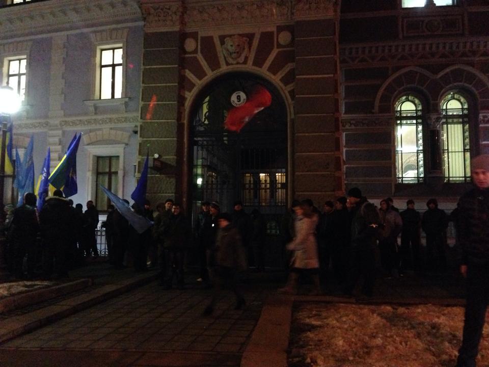 Кілька сотень людей з прапорами ПР пікетують Нацбанк