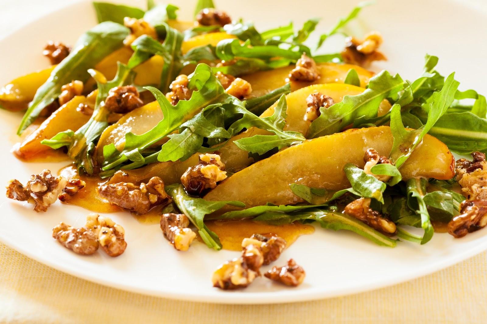 Гостям понравится сочетание груши с орехами и медовым соусом