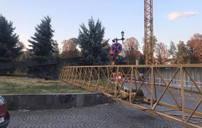 """""""КамАЗ стал на дыбы"""": в центре Ужгорода упал строительный кран (видео)"""
