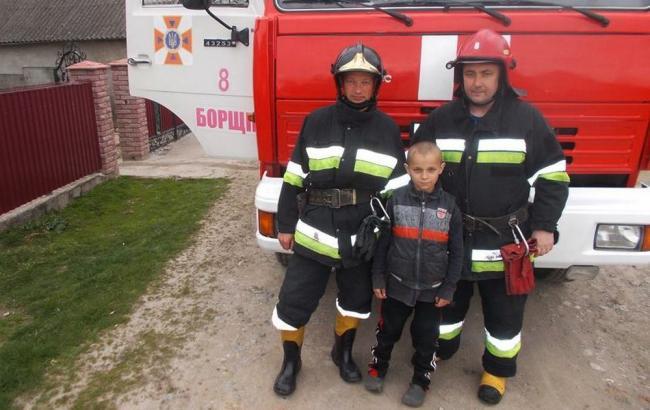 Фото: Пожарные с юным спасателем (ternopil.dsns.gov.ua)
