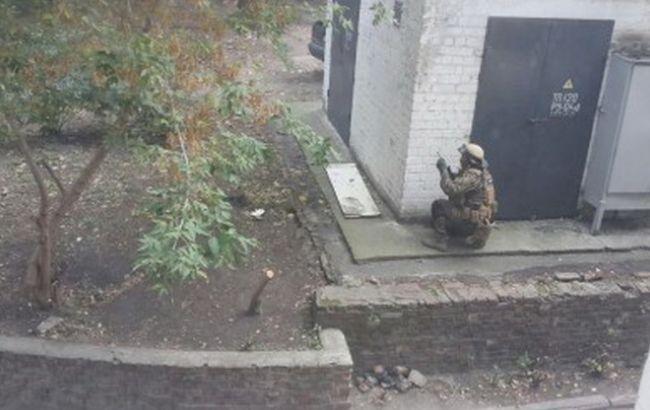 Фото: в Днепре штурмовали квартиру с вероятным подозреваемым