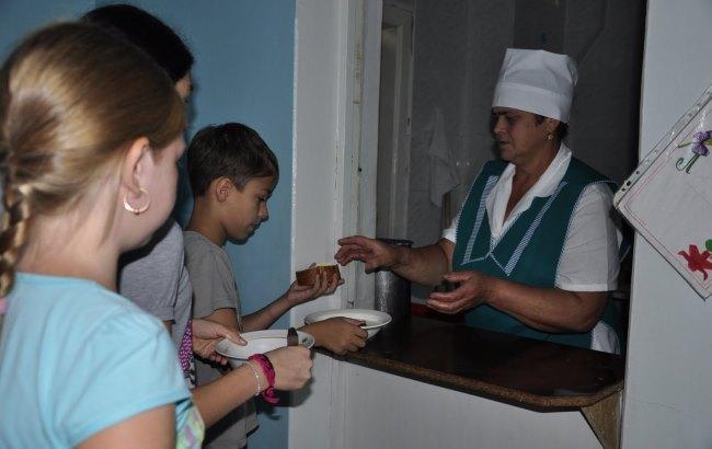 Фото: Боевики отдают просроченную гуманитарку в детсады (1tvnet.ru)