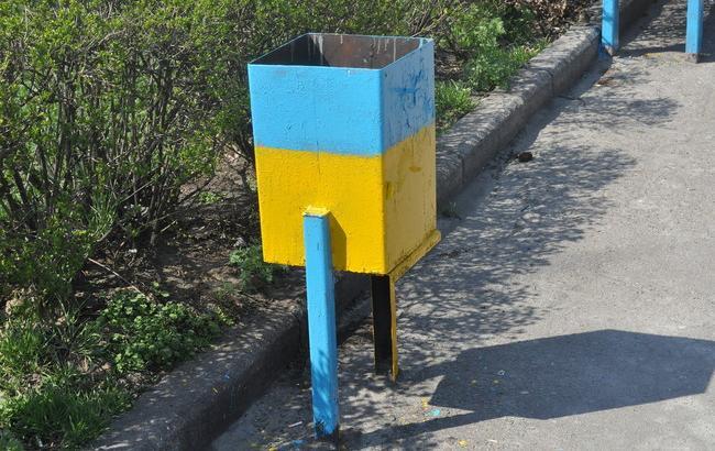 """""""Глава"""" Крыма предложил штрафовать за урны, окрашенные в желто-голубой цвет"""