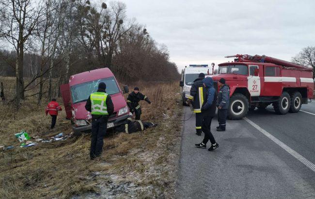 На трассе Киев-Чоп перевернулся микроавтобус с пассажирами, есть погибший