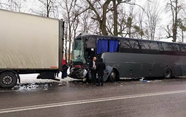 На трассе под Винницей в ДТП попали две машины, автобус и четыре фуры