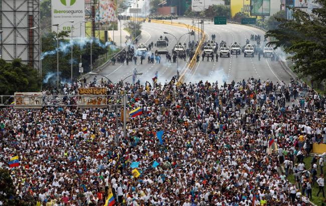 Протесты вВенесуэле: Пострадали неменее 160 человек, один умер
