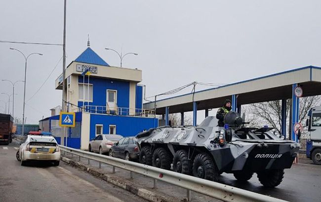 Блокпосты на въездах в Одессу и автодорогах усилили бронетехникой