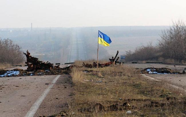 Фото: АТОшники установили украинский флаг возле Донецкого аэропорта (focus.ua)