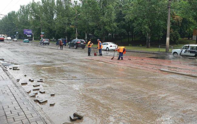 Мариуполь залило водой: движение транспорта ограничили, свет отключили